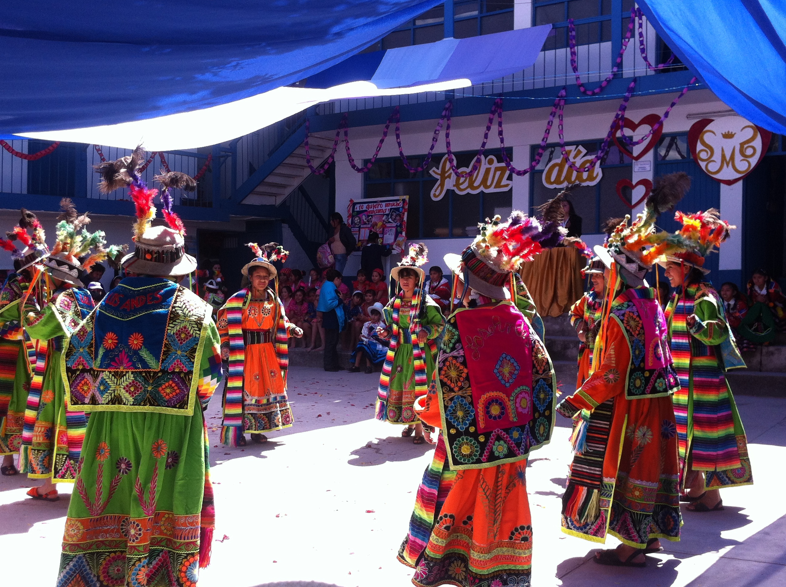Peru_-_Cusco_106_-_school_traditional_dance_festival_(8149483734)