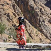 鮮やかな衣服を身にまとった村の子ども