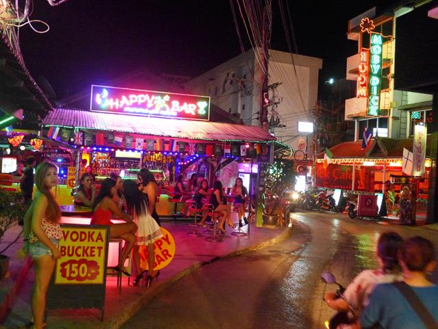 ビーチロードのそばにも小さな歓楽街があり、こちらも楽しい
