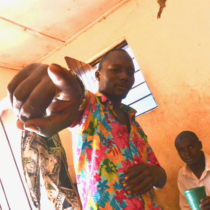 ウランジで酔っ払ったタンザニア人の若者