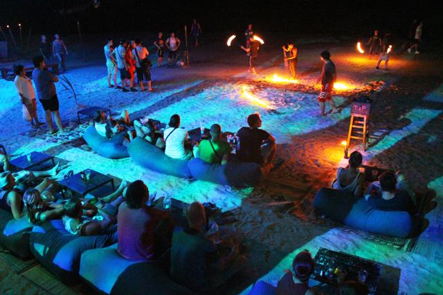 タオではビーチに面してこんなバーがあって、ファイヤーダンスも見られる
