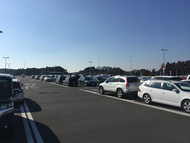 臨時を合わせると合計3100台もの収容が可能な無料駐車場