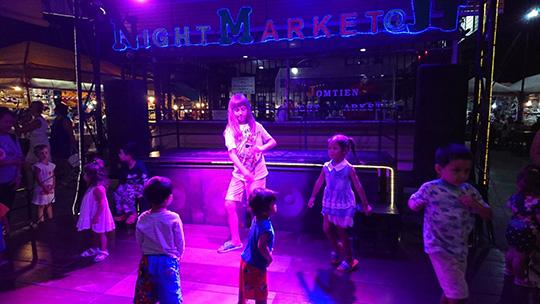 ステージで踊る子供