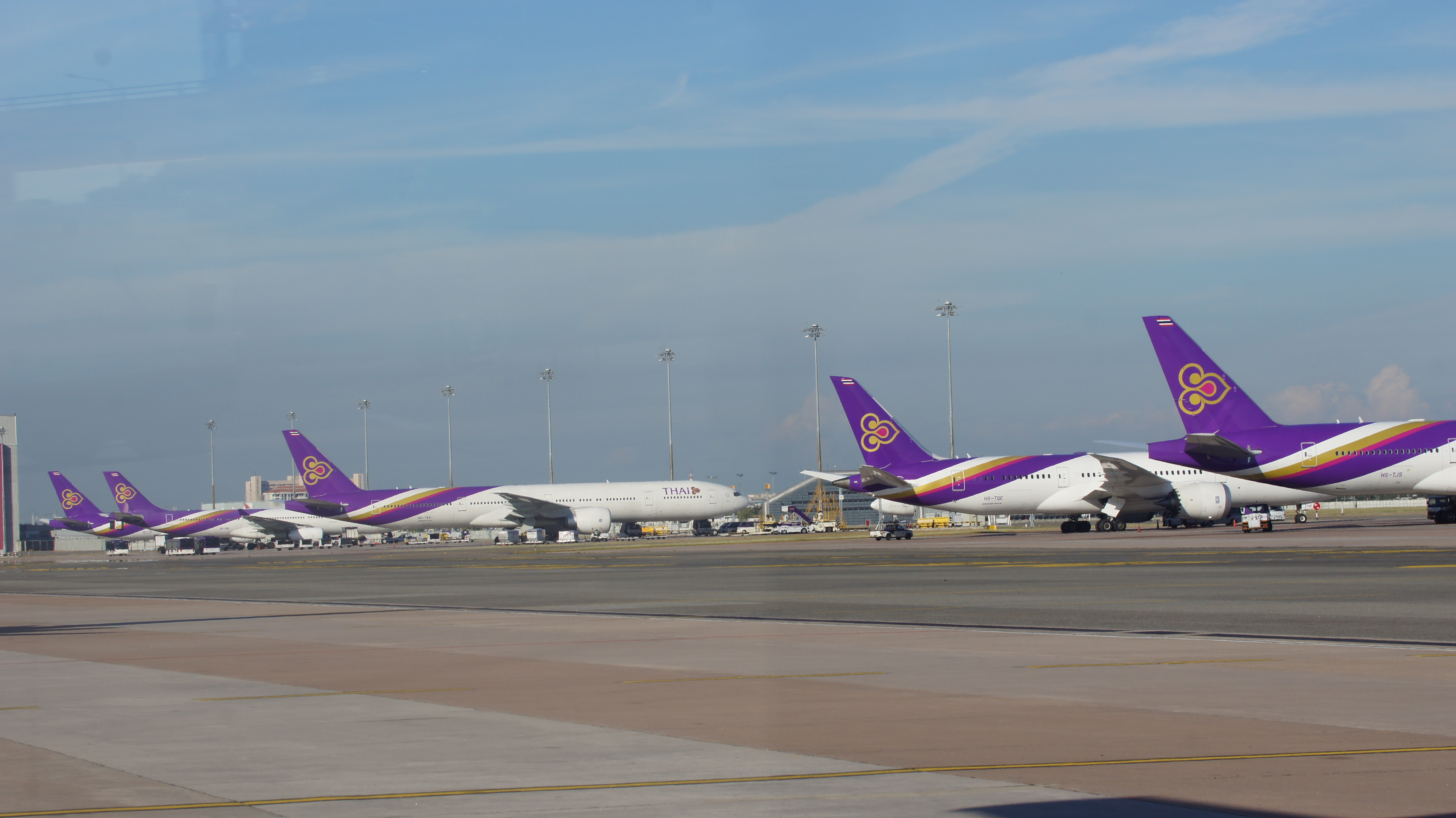 Thai_Airways'_aircraft_line_up_at_Bangkok_Suvarnabhumi_Airport