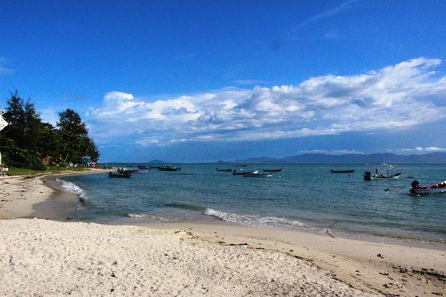 サムイ島はサンゴ礁が少なめで透明度はいまひとつだが、深く青い海が広がる