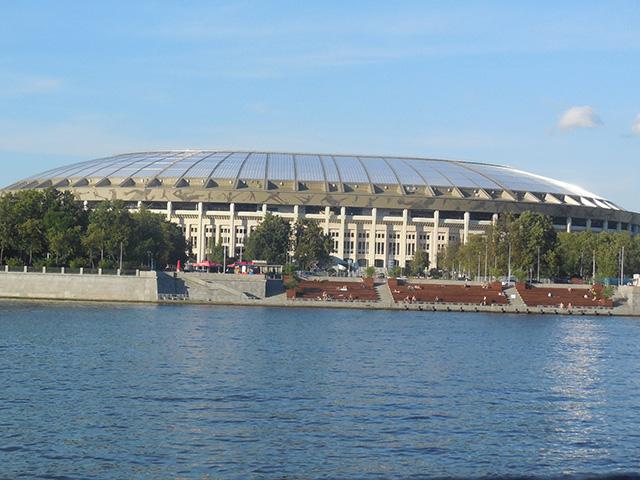 モスクワ川のクルーズ船からは、今年のロシア・ワールドカップ決勝戦を行うサッカースタジアムが見える