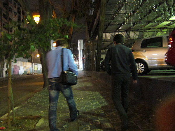 深夜の東洋人街を俺(右)とシユウさんが歩く