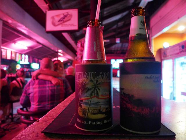 サムイ島ではピンクバーで飲みながら女の肩を抱く。これが王道だ