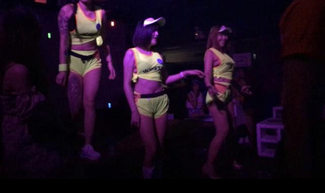 ピアーのステージで踊るダンサーら