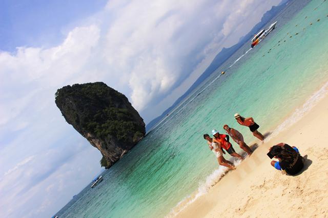 アオナンビーチ沖合いのポダ島も旅行者に人気のスポット。無防備な女子だらけ