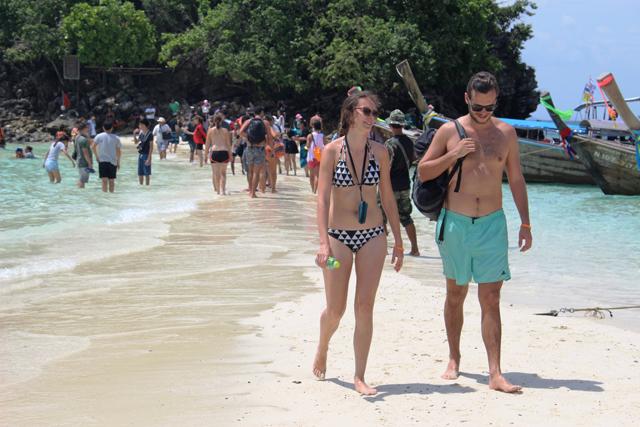 こちらもアオナン沖合い、カイ島。おじさんもあんな青春を送りたかった……