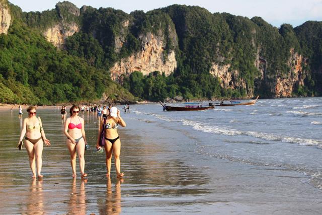 ぽっちゃり3人娘がアオナンビーチを闊歩する