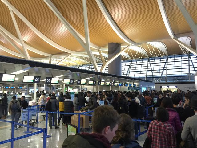 早朝の浦東空港。既に長蛇の列ができて混雑