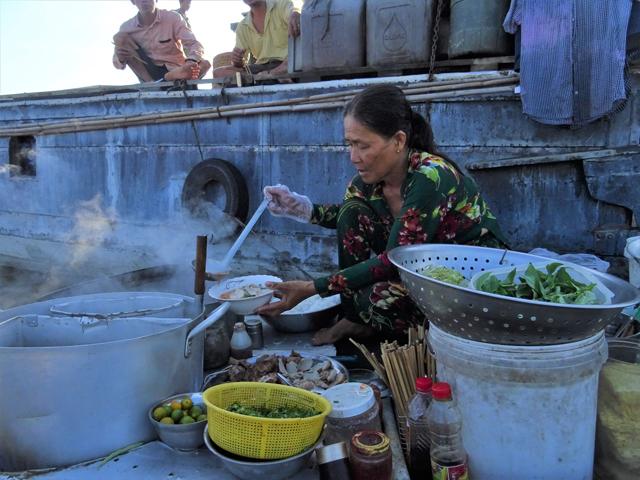 カンボジアに近いメコンデルタ。水上市場では麺類食堂の船もあった