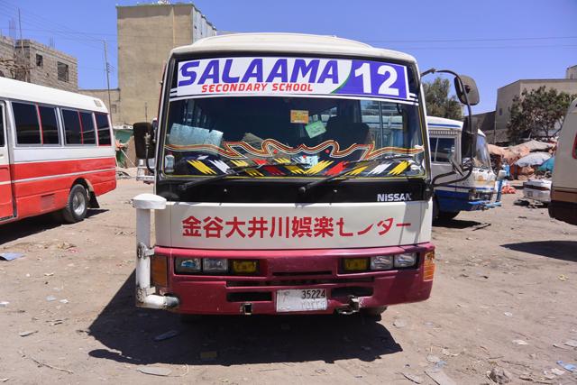ソマリランドの路線バスは日本のバンをデザインそのままに改造したもの