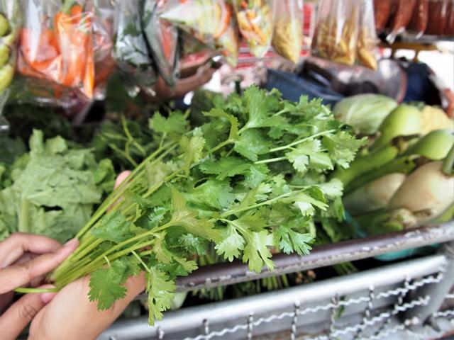 市場で売っているパクチー。煮出さずに食べる直前に入れるが、トムヤムに合った食材である