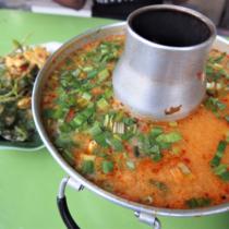 タイではこういった鍋で供されることが多いが、大半の店でお玉とのサイズが合ってなくてすくいにくい