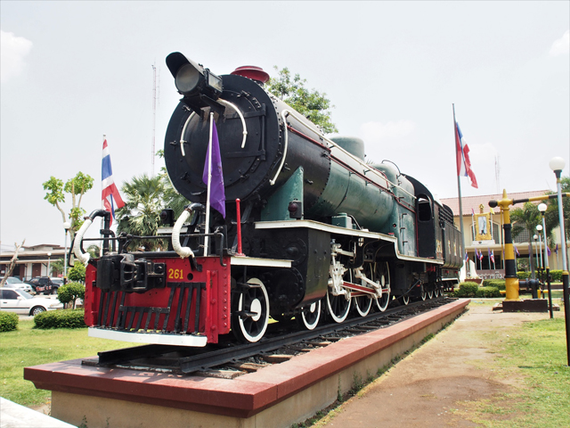 ナコンラチャシマー駅前に展示されているドイツ製の機関車