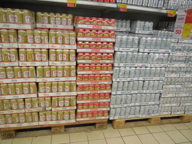 新市街の大型スーパー「カルフール」。酒が売られているのがうれしい