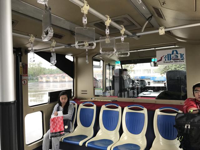 巨大サイズの空港構内移動用バス