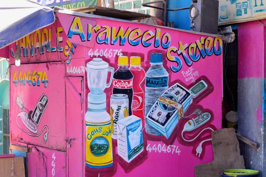 アフリカにはこのような簡素なつくりの小さな売店がたくさんある