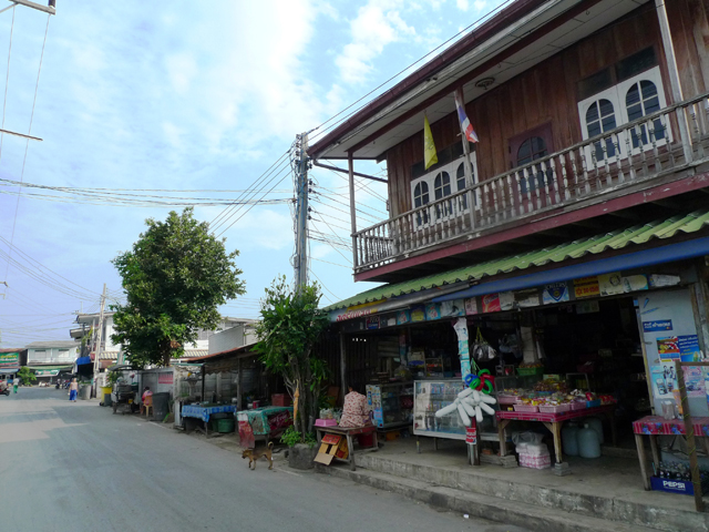 昔懐かしい木造の民家も多い。バンコクとはまったく違う雰囲気が漂う