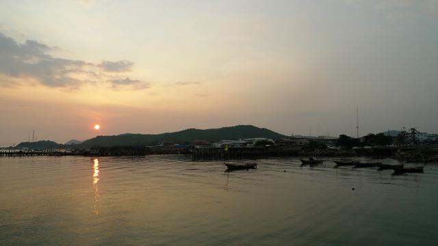太陽はタイ湾に沈みながら、サタヒップを美しく染め上げた