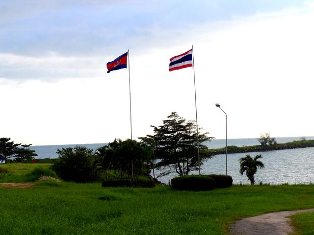 両国の国旗がはためくタイ湾東部、国境の海