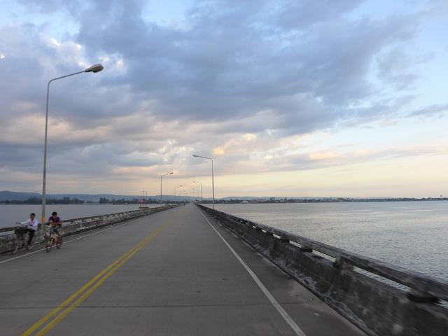 日本がつくったココン橋。この先にココンの街が広がっている
