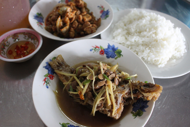 市場の中の食堂ではやっぱり魚がうまかった。ショウガと豆醤(まめびしお)のようなもので味付けしている