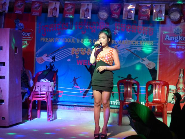 カンボジアの夜はビアガーデンが楽しい。とってもローカルな雰囲気