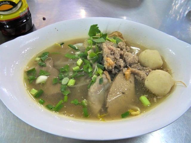 タイで一番有名とされるナムサイはスクンビット・ソイ26の「ルンルアン」