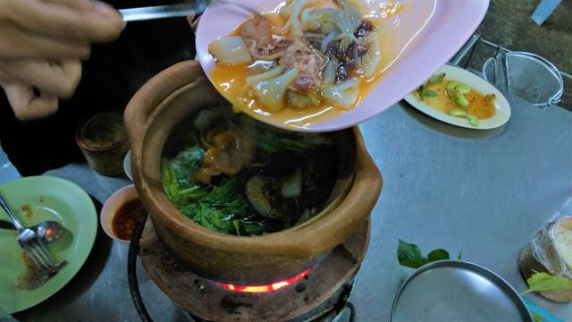 チムチュムは土鍋で食べるが、位置が高くて食べづらい