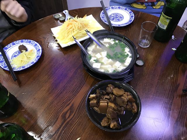 「砂鍋」というハルビン名物料理と豚の角煮のようなもの。いずれもうまい!