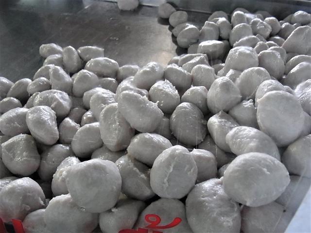 ルークチンはクイッティアオの定番食材。魚だけでなく牛や豚などもある