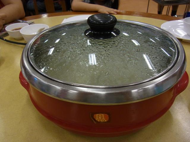 タイの一般家庭に1台はあるであろう電気鍋。中が鉄板になった電気フライパンもある