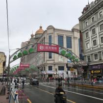デパート1階に入居する中国銀行ハルビン支店(右奥)