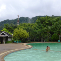こんな温泉プールを持つホテルがラノーン市内のあちこちに