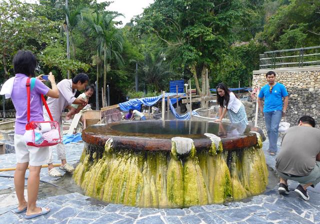 源泉のそばにある温泉公園。熱々の湯が湧き出している