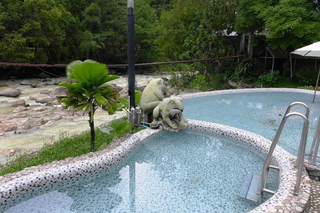 渓流に沿った温泉プール。さすがにJKたち客の水着姿は撮れなかった