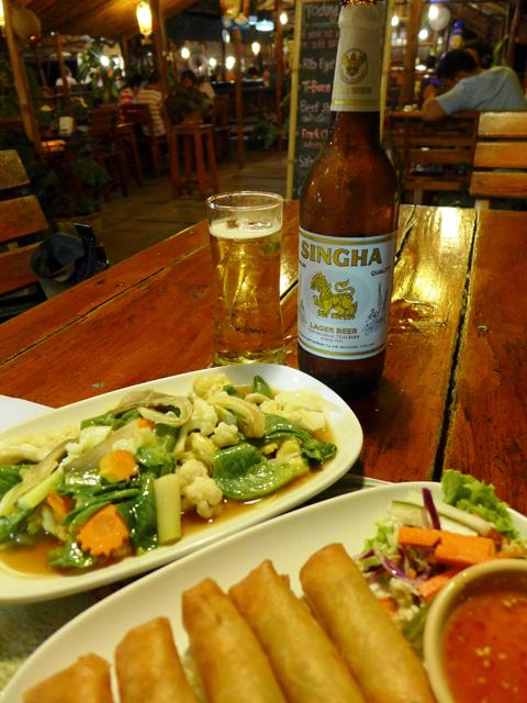 ビアシンのつまみは野菜炒めと春巻き。タイのどこにでもある定番