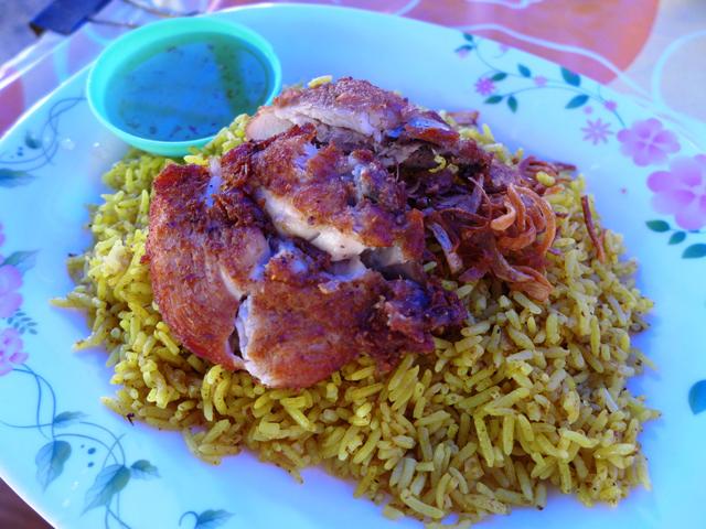 タイ南部の名物カオ・モック・ガイがうまい。サフランライスにチキンを添えたもので、この日は揚げ鶏バージョンをチョイス