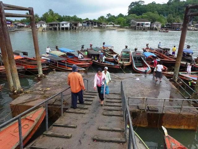 これが国際港だというからすごい。周囲のボロ船で海峡を渡ってミャンマーへと向かうのだ