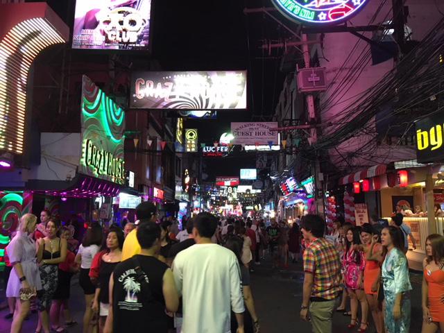 活気あふれるウォーキングストリート=今年8月撮影