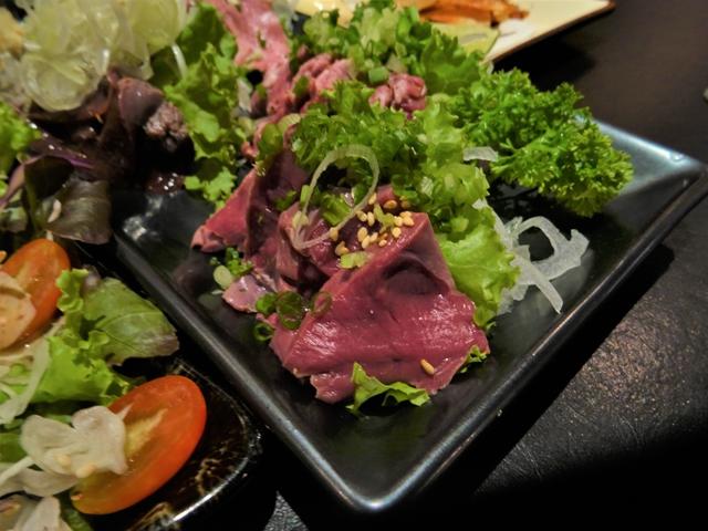 日本では食べられなくなった肉の刺身もビールにぴったり。写真は豚肉の刺身。店はバンコク中心部タニヤの「エビスダイニング」