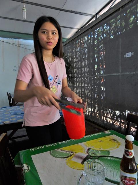ベトナム南部ブンタウの食堂で、生温かい「ビアサイゴン」赤に氷を入れてくれる少女