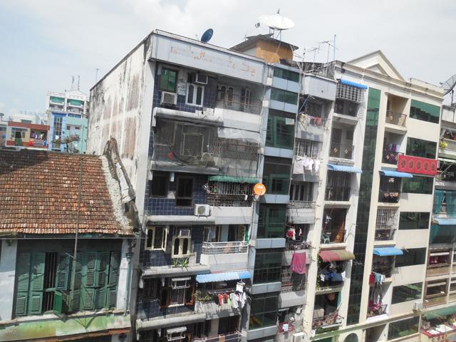 ヤンゴンらしい混沌としたアパート