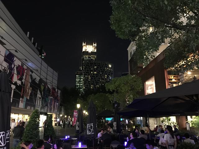 上海新天地は外国人客が大半。日本で言えば、かつての六本木に相当するような場所。当然全てが高い