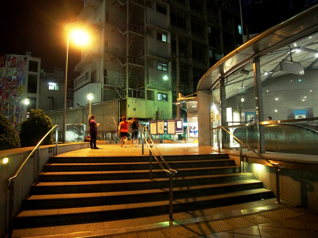 MRTホアランポーン駅の3番出口前