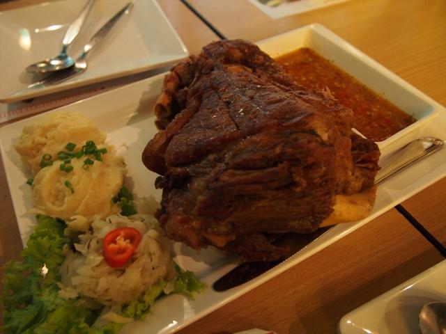 タイ式にアレンジされたようなドイツ料理「豚足のから揚げ」